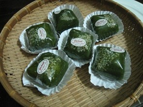 """Bánh mảnh cộng""- a cake made of Clinacanthus nutans leaves"