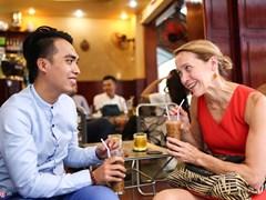 Tân tổng lãnh sự Mỹ ăn bánh xèo, uống cà phê sữa đá ở TPHCM