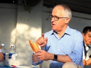 Australian Prime Minister enjoys his first 'Bánh mì' in Đà Nẵng