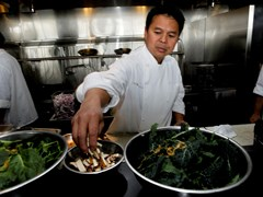 """Đầu bếp gốc Việt Charles Phan: """"Tôi chỉ nấu món Mỹ theo kiểu Việt Nam"""""""