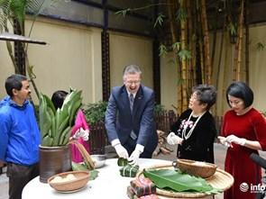 Tân Đại sứ Hoa Kỳ học gói bánh chưng cùng nghệ nhân ẩm thực Việt