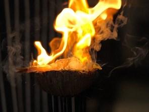 Nổi danh nhờ cách dùng thủy tinh nóng chảy để chế biến món ăn