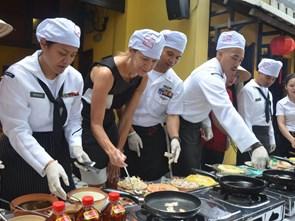 Bếp ăn phục vụ 5.000 thủy thủ trên tàu sân bay Carl Vinson