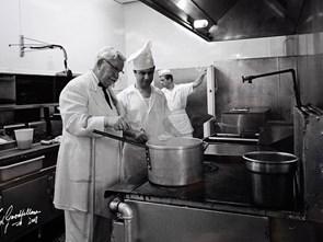 1009 lần bị từ chối vì nấu dở và câu chuyện khởi nghiệp tuổi 65