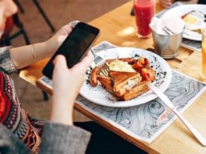 """Cách để thực khách """"quên"""" điện thoại di động trong bữa ăn"""