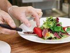 Phạt đầu bếp không đeo găng tay bốc đồ ăn: Ai bắt lỗi, ai xử lý?