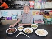 Cụ bà Singapore và những bát mì duy trì văn hóa ẩm thực